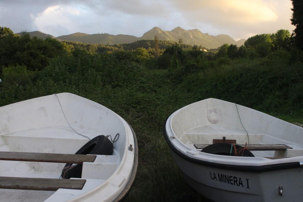 Boote vor den Picos de Europa