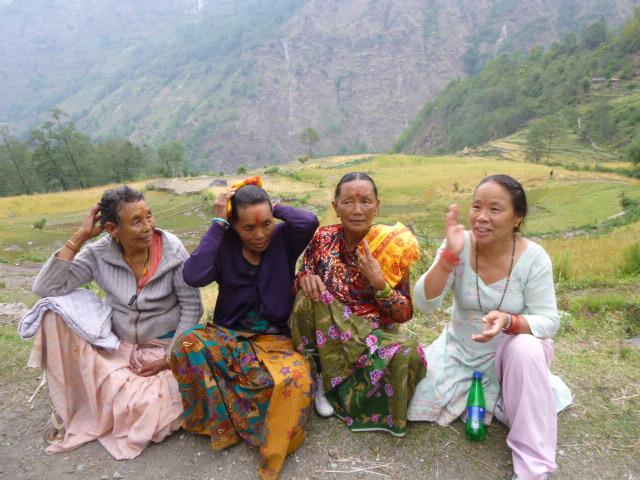 Annapurna Circuit.. Frauen am Wegesrand.