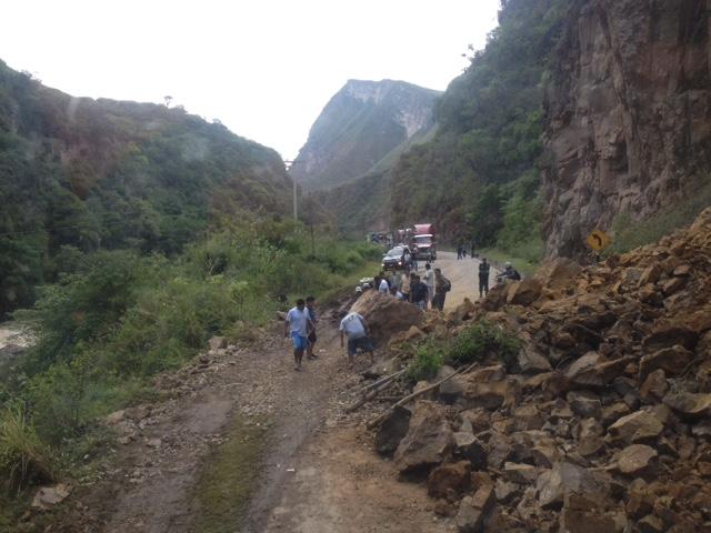 Ein Erdbeben verschuettete die Strasse nach Tarapoto