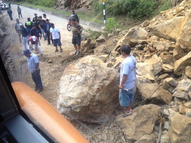 Warten auf die Beseitigung des Felsbrockens im Bus nach Tarapoto